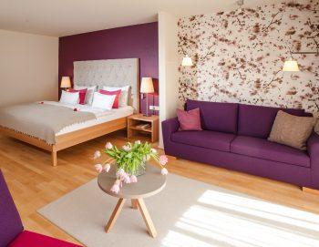 Eines der hell-freundlichen Hotelzimmer im Biohotel der daberer | Foto: Biohotel der daberer/F. Neumüller