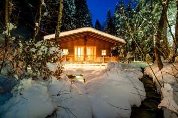 Winter-Abendstimmung zeigt die Waldsauna des Biohotel der daberer im Wald hinter dem Hotel | Foto: Biohotel der daberer