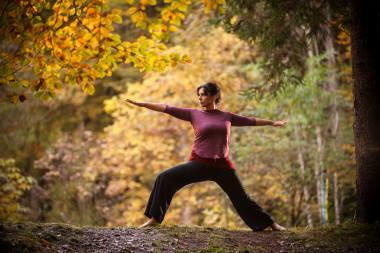 Yoga im herbstlichen Wald hinter dem Biohotel der daberer (Dab-1576) | Foto: der daberer. das biohotel/F. Neumüller
