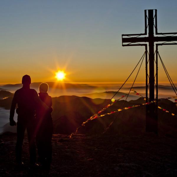 Sonnenuntergang am Gipfel des Hochschwab mit Gipfelkreuz