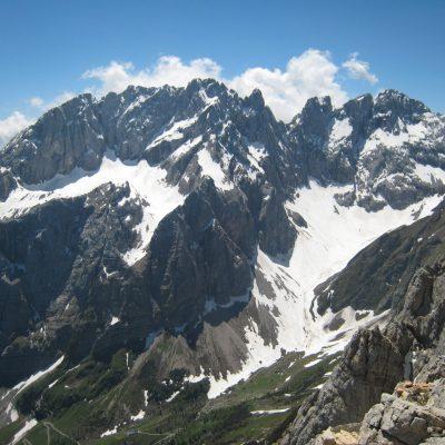 Luftbild mit Blick auf die Karnischen Alpen samt Eiskargletscher