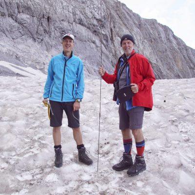 Gerhard Hohenwarter jun. und sen. beim Messen der Dicke der Schneedecke am Gletscher