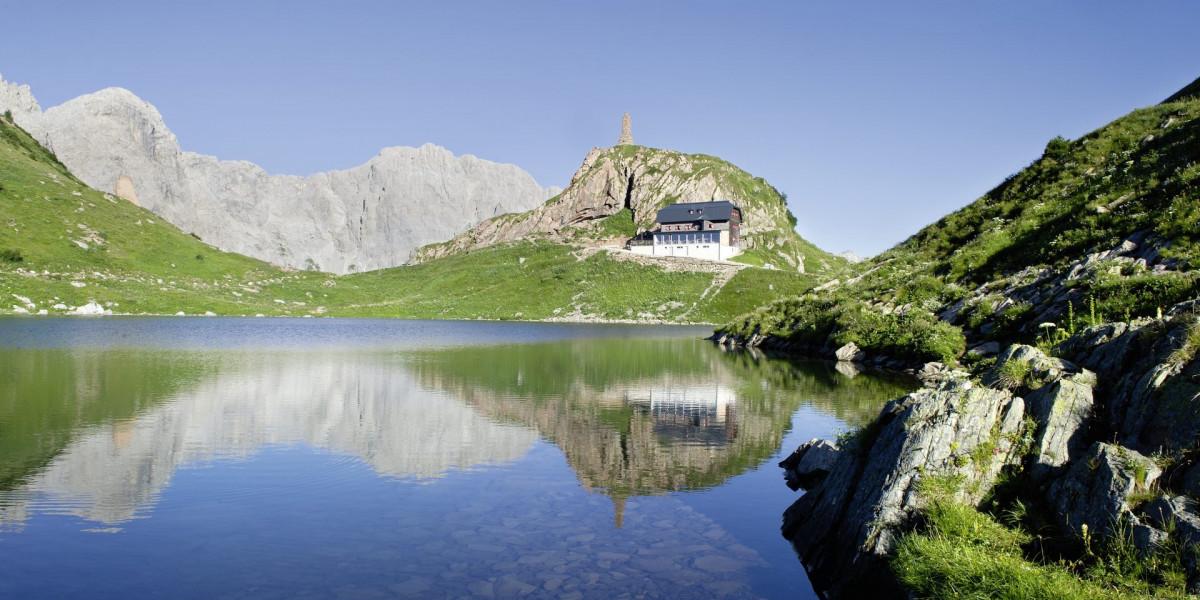 Die Wolayerseehütte am direkt am Wolayersee in den Karnischen Alpen