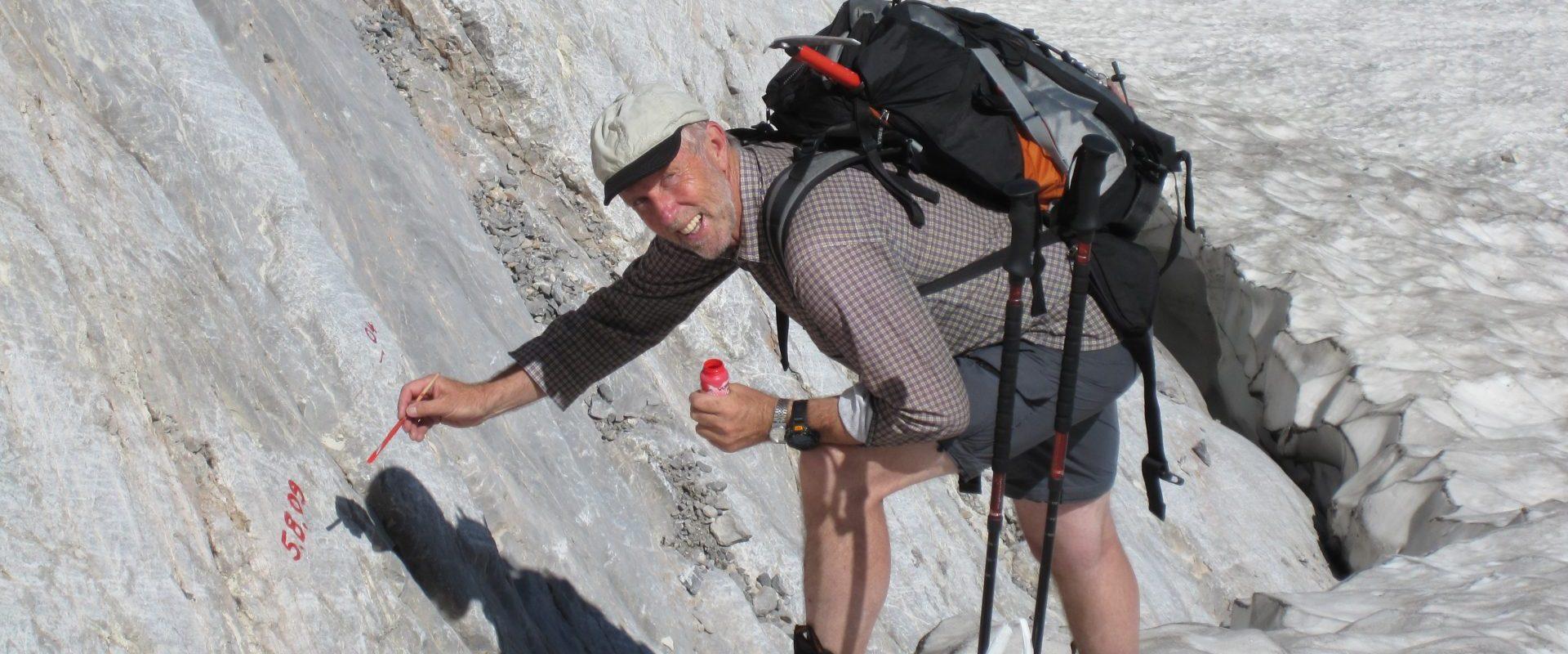 Gerhard Hohenwarter beim Messen am Eiskargletscher