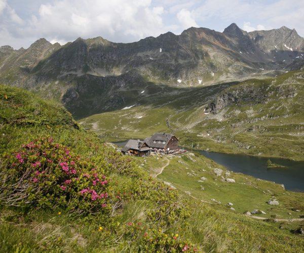 Blick auf die Ignaz-Mattis-Hütte an den Giglachseen