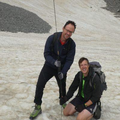 Gerhard Hohenwarter jun. (knieend) und Martin Ladstätter mit einer Lawinensonde beim Messen der Dicke der Schneedecke, die am Gletscher liegt