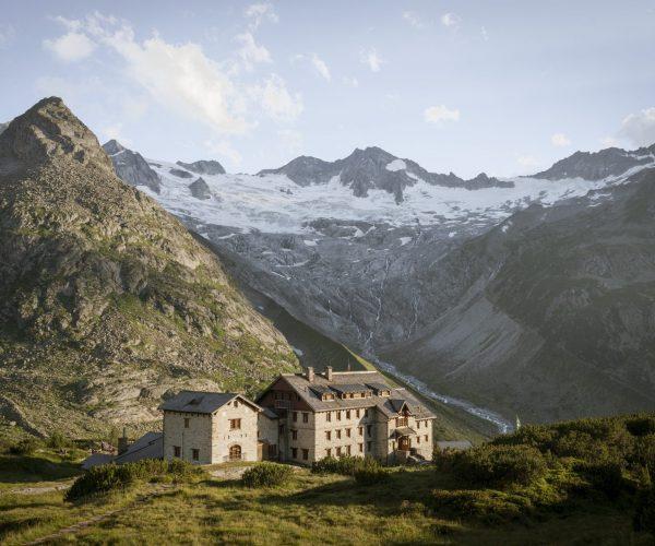 Blick auf die Berliner Hütte am Zillertaler Höhenweg