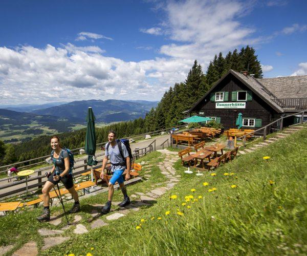 Wanderer vor der Tonnerhütte