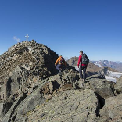 Im Blick sind Bergsteiger kurz vor dem Gipfel der Talleitspitze im Ötztal