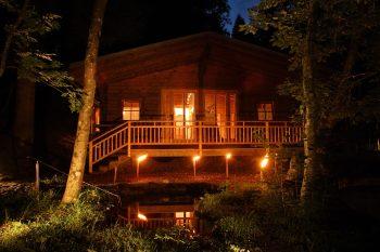 Abendstimmung zeigt die Waldsauna des Biohotel der daberer im Wald hinter dem Hotel | Foto: der daberer. das biohotel