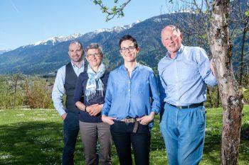 Familie Daberer - 2 Generationen - im sonnigen Garten vor dem Hotel | Foto: der daberer. das biohotel/F. Neumüller