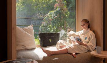 Frau - gemütlich im Fenster sitzend und lesend - im Biohotel der daberer | Foto: der daberer. das biohotel/F. Neumüller