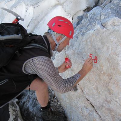Gerhard Hohenwarter beim Vermessen des Eiskar-Gletschers