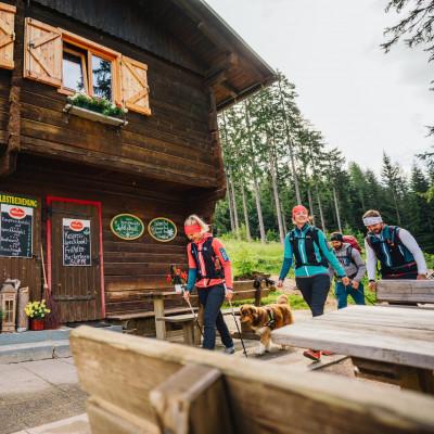 Die Bertahütte am Mittagskogel - Wanderziel, Einkehrhit und Treffpunkt nach dem Gipfelsieg