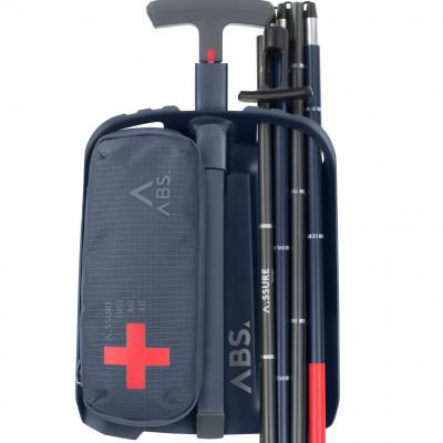 Schaufel, Sonde, und Verbandszeug sind im A.LIGHT-Rucksack auf einen Griff verfügbar
