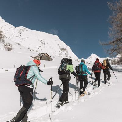 Schneeschuhwandern durch die prächtige winterliche Bergwelt der Hohen Tauern nahe Kals in Osttirol