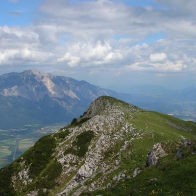 Der Gipfel des Oisternig, im Hintergrund der Dobratsch