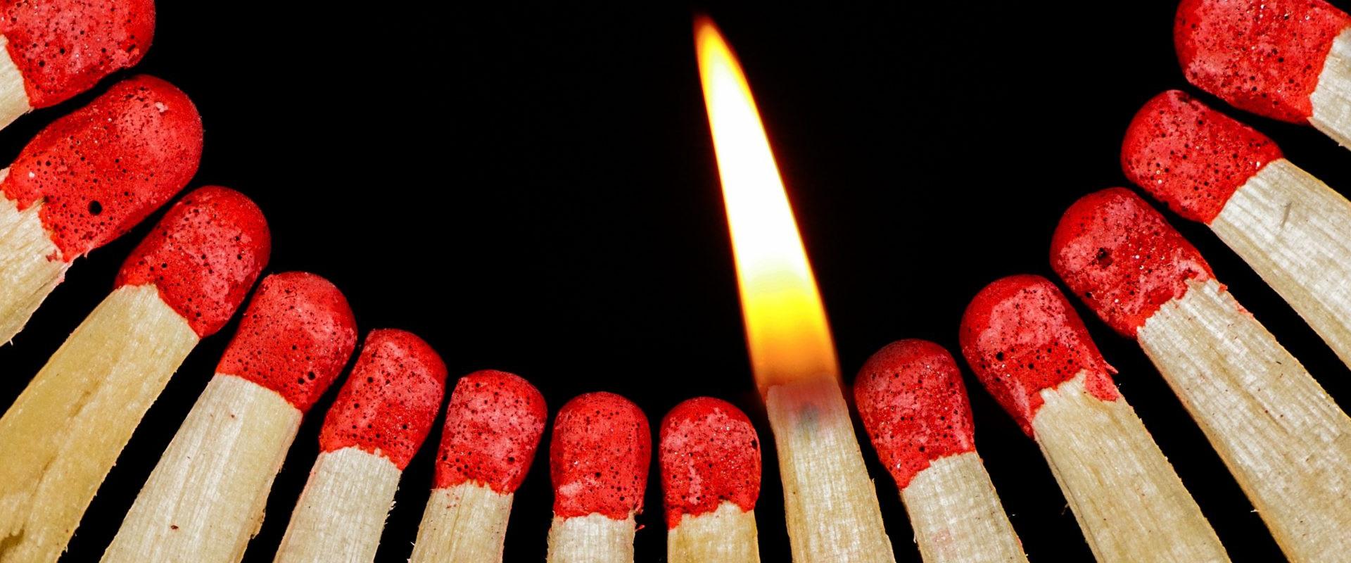 Zündhölzer - eines brennend